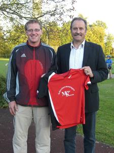 Das Bild zeigt Firmenchef Matthias Kärcher und Jugenfußballabteilungsleiter Wolfgang Glück.